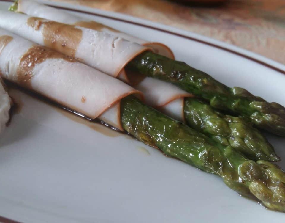 Gli asparagi in abbraccio di pollo e aceto balsamico di Modena Giusti