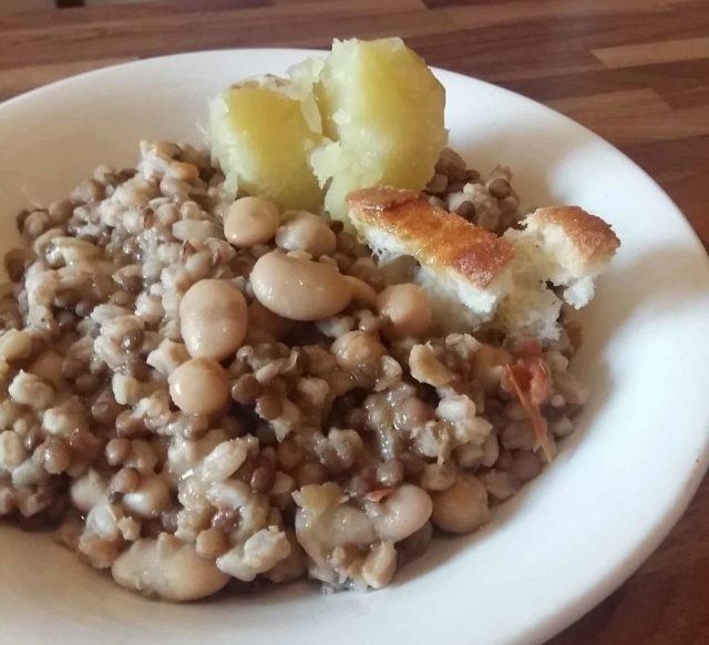 Zuppa cereali e legumi in pentola pressione