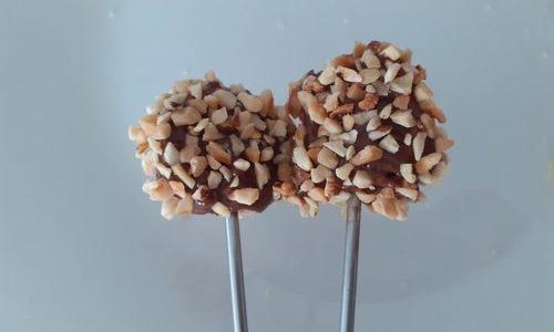 Pops di colomba pasquale ricoperti con cioccolato e granella